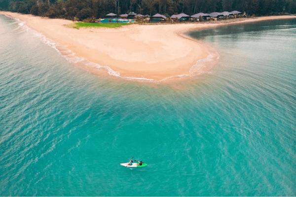 在超美丽的海域划船真的太浪漫了